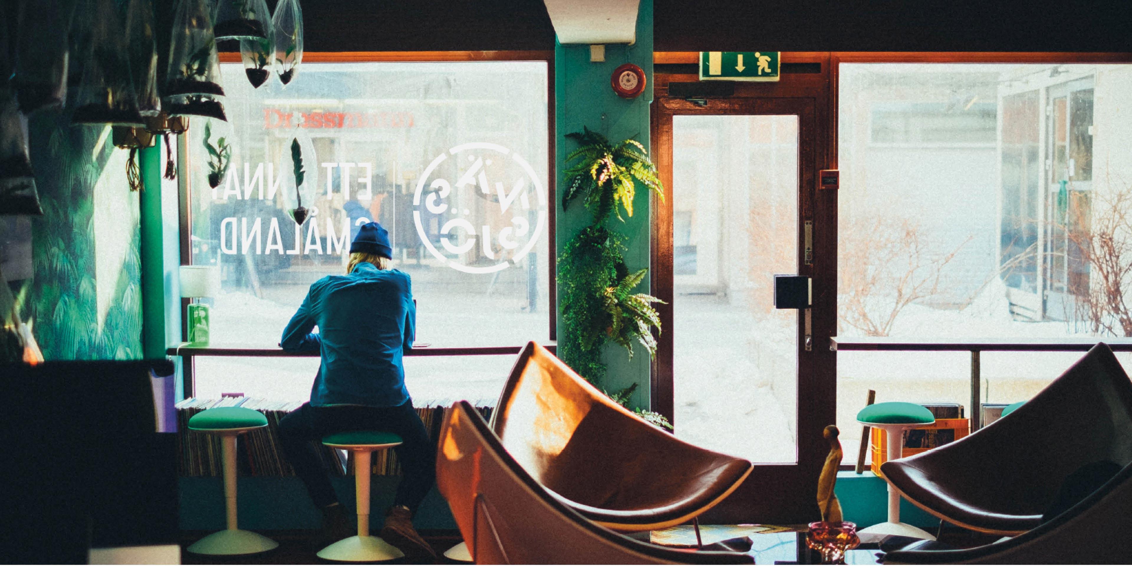 Cafe med Nässjös plastlogotyp på rutan